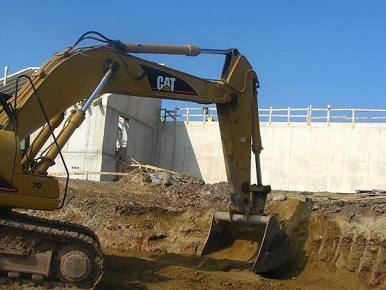 Bagr zahrnuje potrubí, kterým povede voda do nového vodojemu (v pozadí) na Sylvánu.
