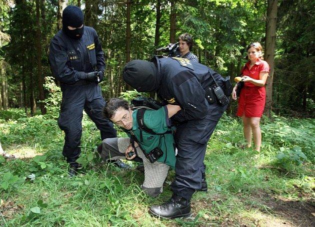 Při představování prostoru novinářům vojenská policie zatkla aktivistu Jana Piňose