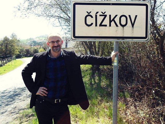 Lídr koalice Starostové a nezávislí Pavel Čížek na fotce u stejnojmenné obce