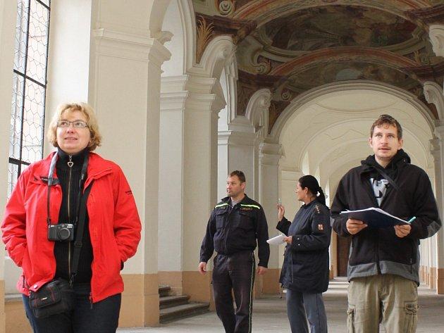 Klášter v Plasích si v úterý dopoledne prošli Eva Polatová (vlevo) a Michal Soroka (vpravo) z Národního památkového ústavu a zástupci hasičů Štefan Livinka a Marie Jírovcová