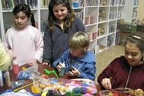 Velikonoční kreativní den pořádala v úterý kožlanská knihovna. Pro návštěvníky byla v jejích prostorách připravena čtyři stanoviště, kde si mohli vyrobit velikonoční dekorace