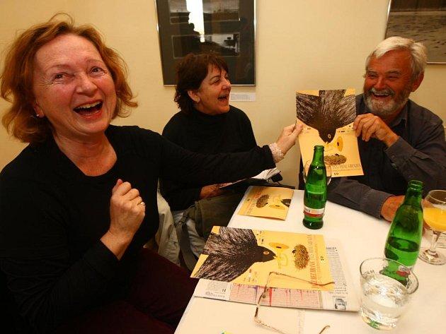 Osazenstvo jednotlivých stolů dostalo arch papíru s některými tématy týkajícími se kultury. Účastníci označili barevnými puntíky ta, jež považují za důležitá