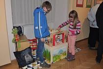 Loutková laboratoř v Blovicích nabízí malým návštěvníků možnost zkusit si vodit loutky nebo si je vyrobit.