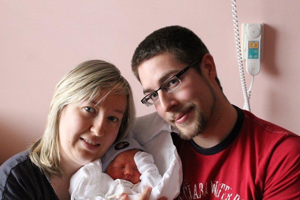 Tatínek Martin Dyntar a maminka Marie Kyrylová z Plzně chovají svého prvorozeného syna Vojtěcha (3,20 kg, 49 cm) , který se narodil 2. dubna v 9:37 ve Fakultní nemocnici v Plzni