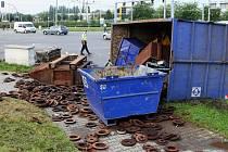 Nehoda na křižovatce Rokycanské a Jateční. Z přívěsu nákladního auta se zde převrhl kontejner se šrotem