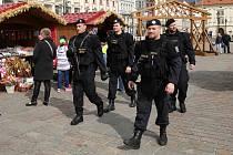 Zvýšená bezpečnostní opatření a posílené hlídky Policie ČR vyzbrojené navíc samopalem na velikonočních trzích v centru Plzně.