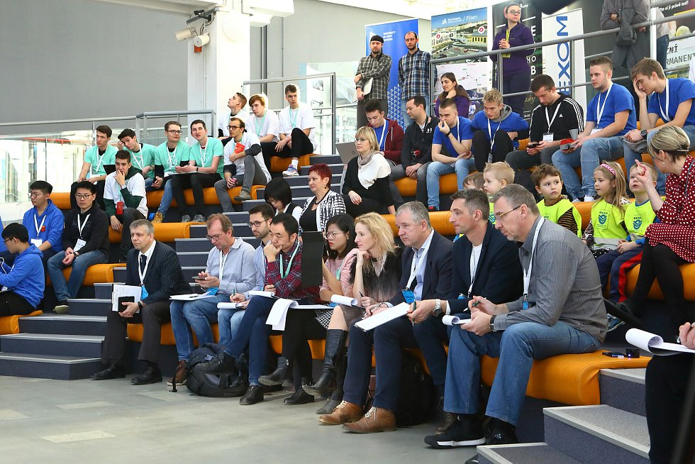 Dvoučlenné týmy studentů v plzeňské Techmanii vyslali na soutěžní jízdu robotická vozítka
