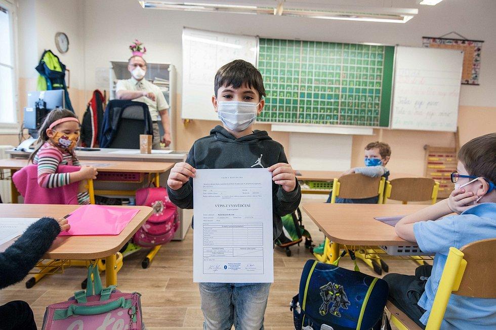 Předávání pololetního vysvědčení v 1. B na ZŠ Benešova v Plzni.