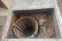 Středověká studna ve vnitrobloku Fakulty filozofické ZČU v Sedláčkově ulici 15. Archeologové ji odkryli letos v červnu.