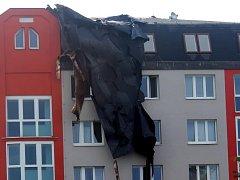 Stržená střecha budovy na Nové Hospodě v Plzni