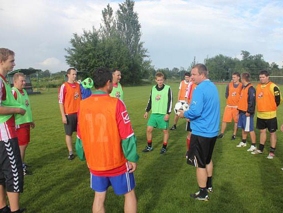 Trenér Viktorie Plzeň Pavel Vrba (v modrém) uděluje pokyny fotbalistům Sokola Kozolupy