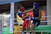 LENKA BERNARDOVÁ (v modrém) se na mistrovství Evropy juniorek proboxovala až do semifinále, v němž prohrála s Italkou Golinovou. Plzeňská boxerka tak získala bronz.