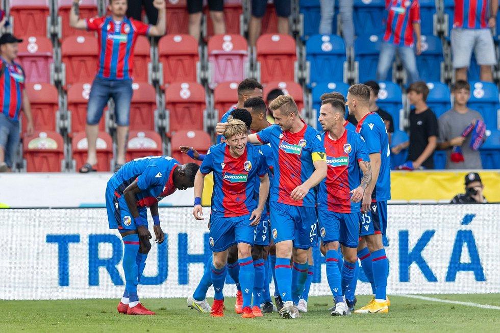 Plzeňský kapitán Jakub Brabec v úvodním utkání 2. předkola Evropské konferenční ligy, které doma viktoriáni vyhráli 2:1. Na snímku gratuluje Pavlu Šulcovi k úvodnímu gólu zápasu.