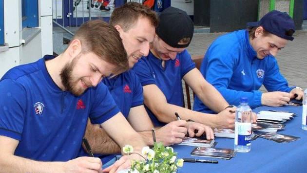 Takhle se Miroslav Preisinger (na snímku vlevo) podepisoval plzeňským fanouškům po minulé sezoně a dres Škodovky bude slovenský centr hájit také v nadcházejícím ročníku extraligy.