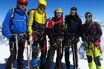Výprava vyráží v úterý zdolat tibetskou osmitisícovku Cho Oyu. Na snímku jsou (zleva): Honza Říha, David Knill, Lucie Výborná, Mirka Jirková a Honza Trávníček