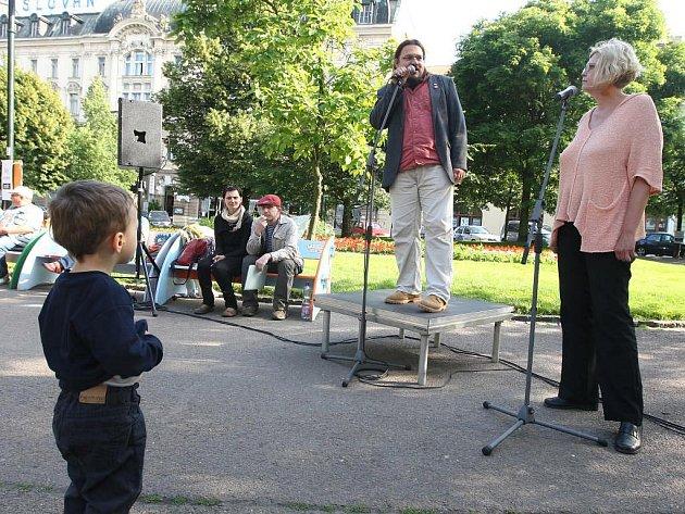 Moderátoří Roman Černík a Petra Kosová uvedli ve Smetanových sadech první plzeňský Hyde Park