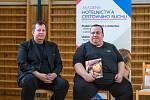 """Knihu """"Kuchařka pro syna"""" pokřtili Zdeněk Pohlreich a Marie Formáčková."""
