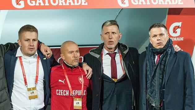 POPRVÉ V PLZNI se jako trenér národního týmu Jaroslav Šilhavý (druhý zleva) představil 14. listopadu 2019, kdy tady vítězstvím 2:1 nad Kosovem pečetili Češi postup na Euro. Na snímku je se svým asistentem Jiřím Chytrým (druhý zprava) a reprezentačním mana