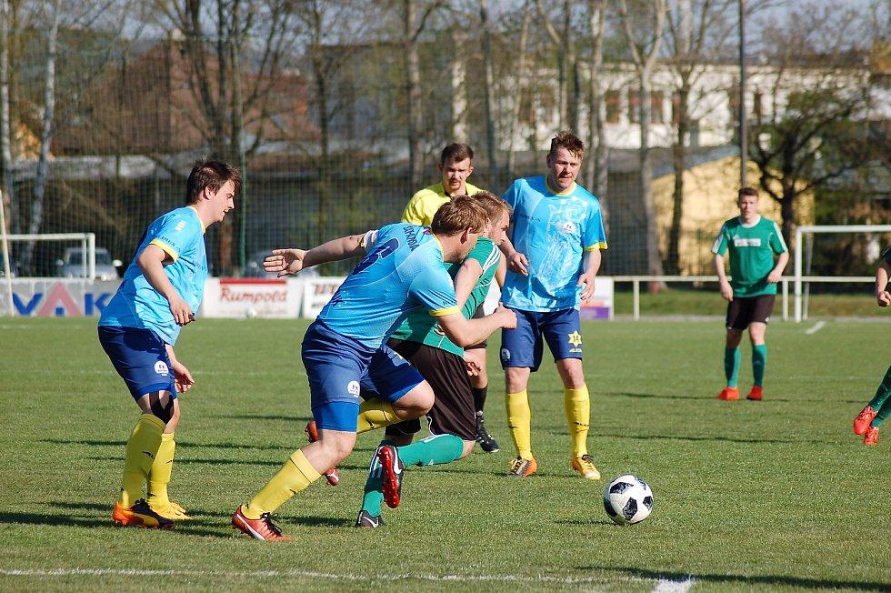 Fotbalisté Nepomuku (na archivním snímku hráči v modrých dresech) porazili v sobotní bitvě 26. kola nejvyšší krajské soutěže trápící se Chotíkov 3:1 a dali pořádně najevo, že chtějí soutěž udržet i pro příští sezonu.