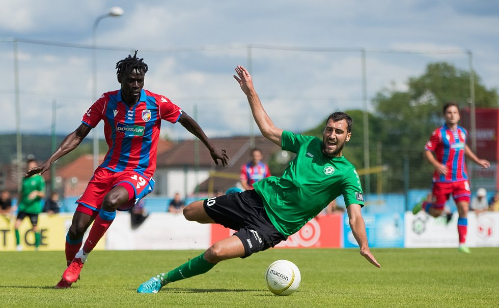 Senegalský záložník Modou Ndiaye v přípravném zápase s Příbramí v Přešticích.