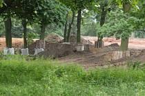Návozy zeminy v zámeckém parku v Plzni-Malesicích
