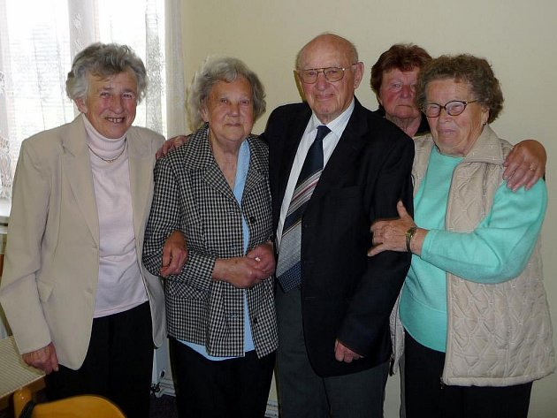 Dolcký rodák Jiří Tieben obklopen místními ženami. Zleva Marie Stuchlová, Josefa Bradová, Marie Rodisová (vzadu) a Zdeňka Stieberová.  Tiebena pamatují jako malého kluka