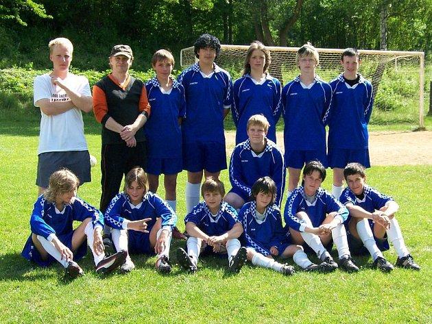 Starší žáci Dolní Bělé se svými trenéry. Stali se okresními přeborníky soutěžního ročníku 2007/08 a vybojovali postup do krajské soutěže