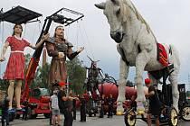 Bílý kůň se ve Španělsku jmenuje Giant Royal Horse,  na fotografii dále stojí hlavní postava Eliška, hned vedle ní vypravěč,  u něj rytíř Emil a vzadu je 21 metrů dlouhé dračí tělo.