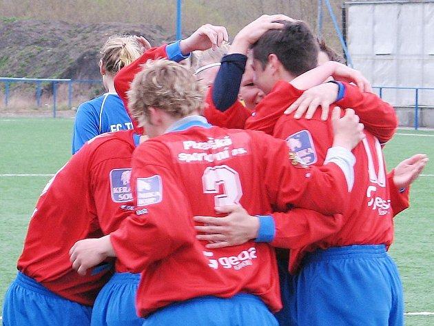 Fotbalistky Viktorie porazily doma Pardubice 4:2 a upevnily si druhé místo v tabulce první ligy.