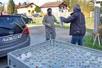 Dezinfekci zdarma pro všechny občany se podařilo zajistit vedení městské části Plzeň Malesice. Roztok z transportní nádrže stáčeli místní hasiči do PET lahví, které pak se starostou rozvezli do všech domů v obci.