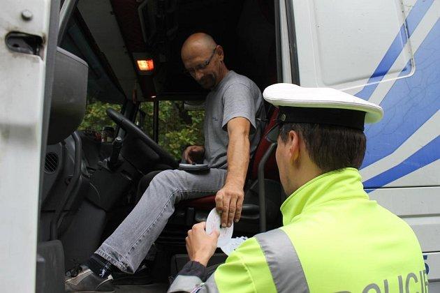 Policisté kontrolovali řidiče nákladních aut u Plas