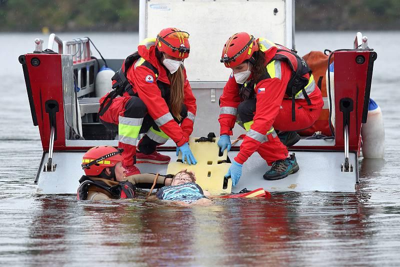 39 - Ukázka zásahu záchrany tonoucího z vody.