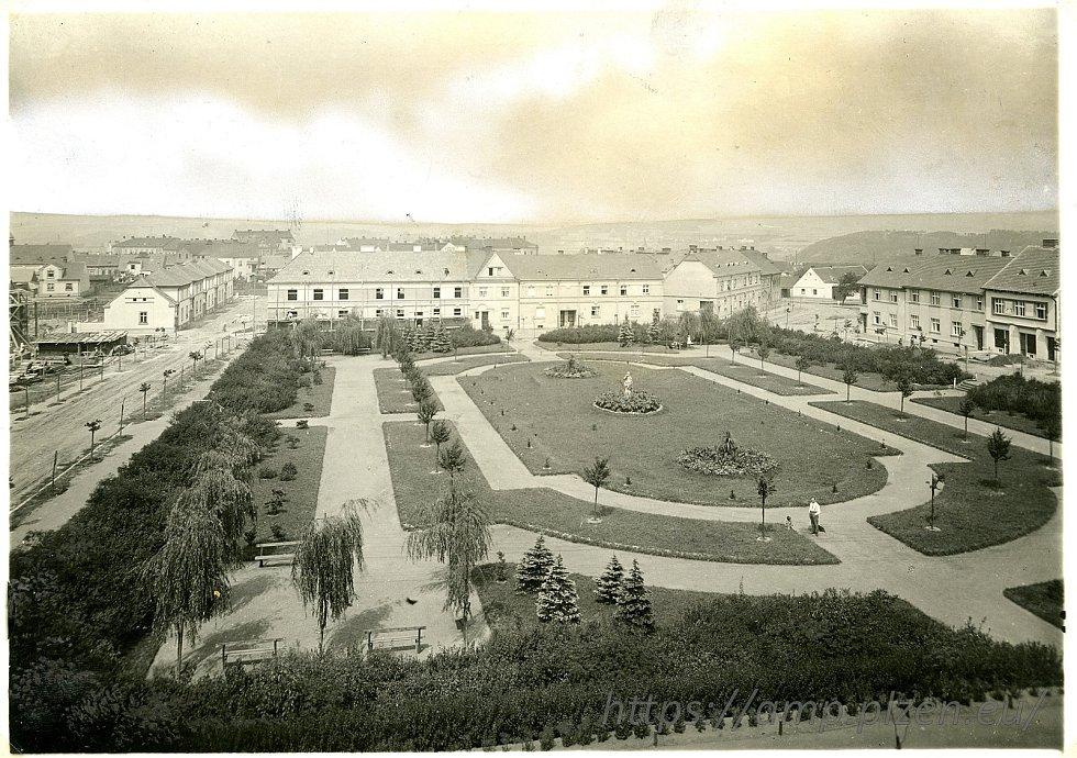 Hambrmanovo náměstí na historické fotografii.