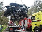 Řidič Golfu neměl šanci střet přežít, na místě svým zraněním podlehl.