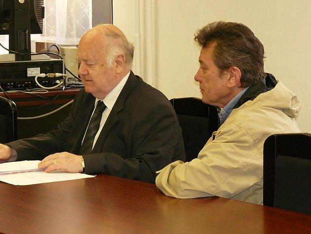 Jaroslav Kužela (vpravo) se svým obhájcem