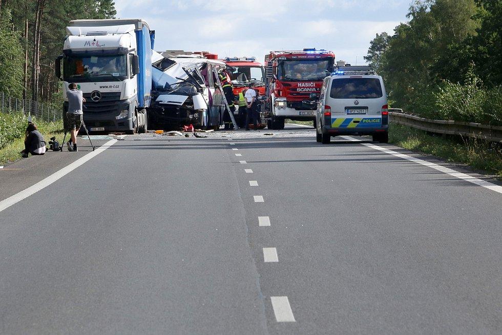 Dopravní nehoda autobusu a kamionu.