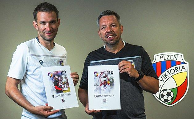 Na středečním křtu unikátní edice známek se budou podepisovat isoučasní asistenti Marek Bakoš a Pavel Horváth.