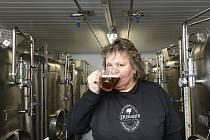 Purkmistr navařil tři nové druhy piv – Zbitou hrušku, Smokey a Wostrou Bábu Kořenářku. Piva představila vrchní sládková pivovaru Eva Straková (na snímku).