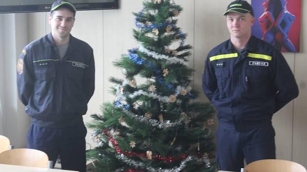 VÁNOCE VE SLUŽBĚ. Hasiči Jindřich Tůma (vpravo) a Milan Dvořák u ozdobeného stromku.