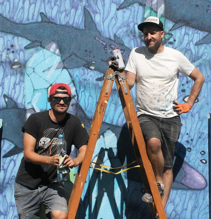 Na boční fasádě panelového domu v Zahradní ulici na Slovanech vzniklo dílo Krystal od dvojice Ondřej Vyhnánek/X-Dog (vlevo) a Michal Škapa/Tron.