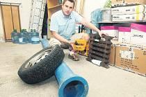 Vilém Hodek z třetího městského obvodu ukazuje, co všechno se objevilo ve skladu ztrát a nálezů.