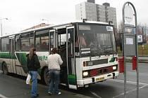 Lidé nastupují na autobus do Kralovic na zastávce Plzeň, Bolevec, u železniční zastávky, kde ale většina spojů vůbec stavět neměl. Podle nového jízdního řádu mají totiž stavět na 800 metrů vzdálené zastávce Okounová. O ní ale řidiči do včerejška nevěděli.