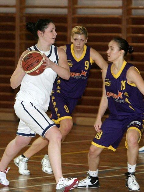 Basketbalistka BaKu Plzeň Kristýna Krajčovičová (v bílém) se probíjí obranou Slovanky Praha B v sobotním duelu II. ligy žen