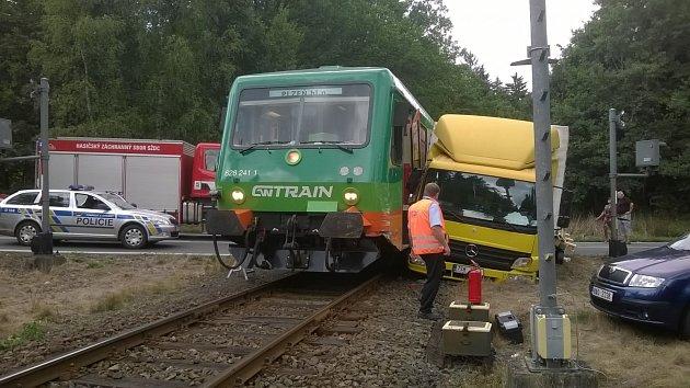 Střet vlaku a nákladního auta na přejezdu u Horní Břízy