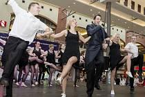 Taneční festival zpestřili i sólisté muzikálu Fantom Opery - Monika Sommerová a Radim Schvab (na snímku s tanečníky skupiny IF a taneční partou z DC Eagle)