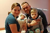 Adéla Zrnová se narodila 16. prosince ve 12:24 mamince Petře a tatínkovi Tomášovi ze Zruče. Po příchodu na svět ve Fakultní nemocnici na Lochotíně vážila sestřička dvouletého Daníka 3590 gramů a měřila 51 centimetrů.
