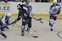 Hokejbalisté Škody Plzeň (v bílém) zdolali v utkání 18. kola extraligy kladenský Alpiq 5:1 a vedou tabulku o pět bodů.