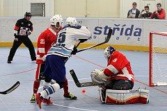 Jediným střelcem  hokejbalistů týmu HBC Plzeň byl při porážce 1:4 v Letohradu obránce Lukáš Hanuš (na archivním snímku v modrobílém).