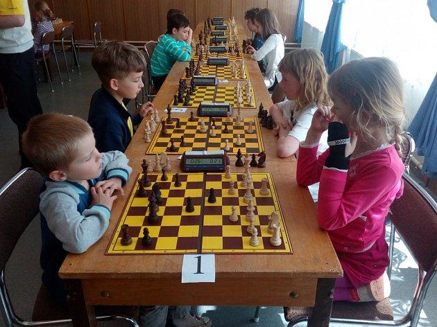 Na snímku v popředí devítiletá Adélka Janoušková při šachové partii s Matyášem Klimentem na krajském přeboru šachistů do 16 let v Radobyčicích.