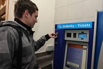 Jízdenkový automat na hlavním plzeňském nádraží už jeden je. Příští rok ho však nahradí mnohem novější typ